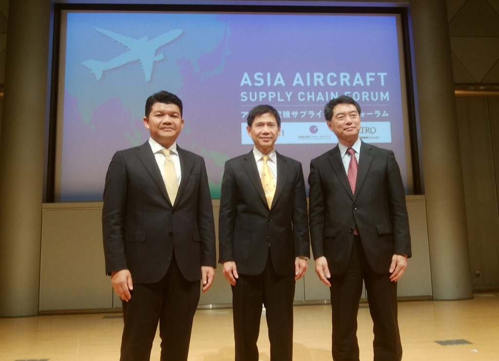 Officials of Malaysian and Thai governments (left to right) and the Ministry of Economy, Trade and Industry pose at the Asia Aircraft Supply Chain Forum organized by METI in 2018.